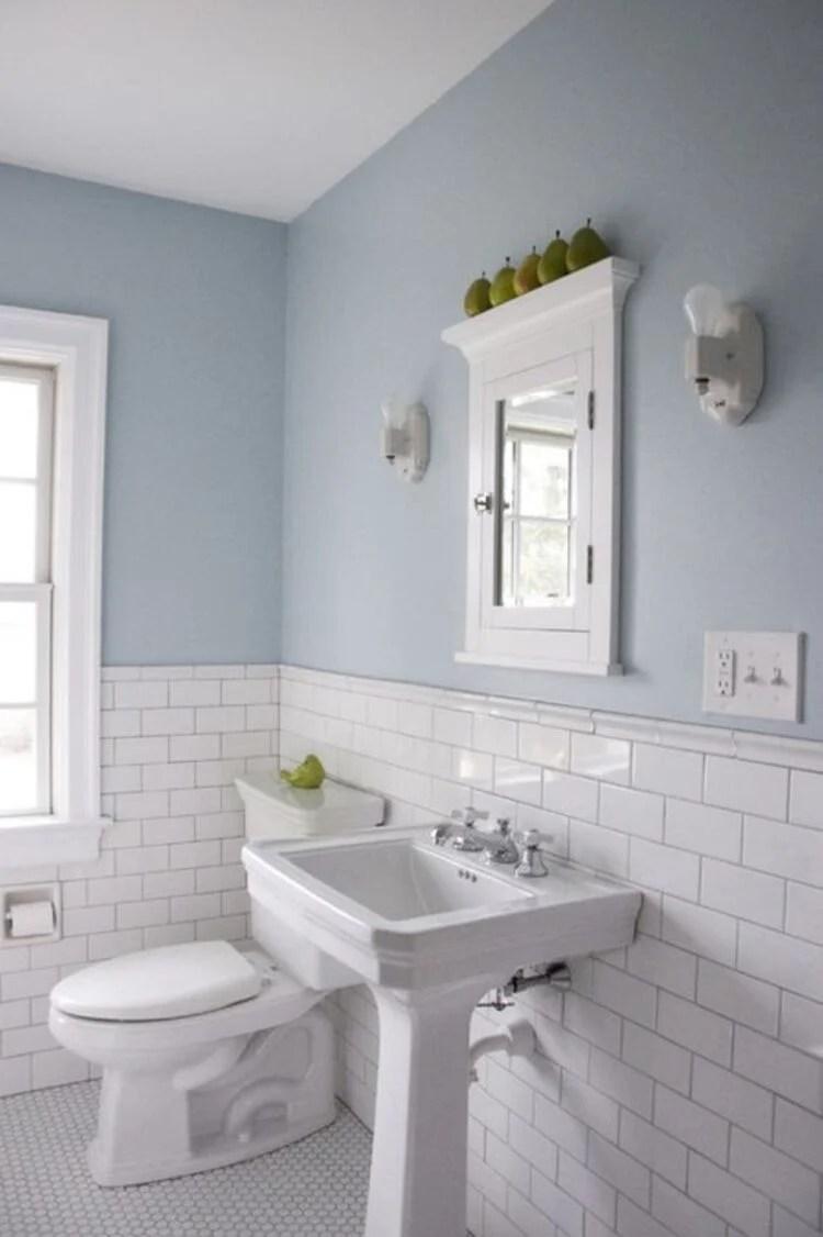 Banheiro branco e azul.