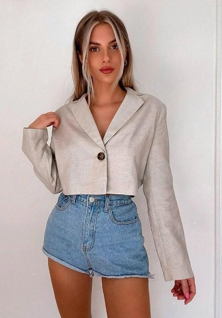 Blazer cropped com jeans