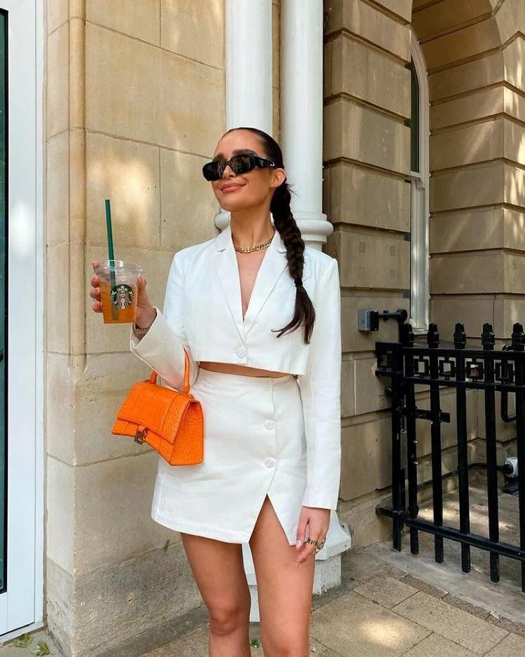 conjunto blazer cropped e mini saia com fenda