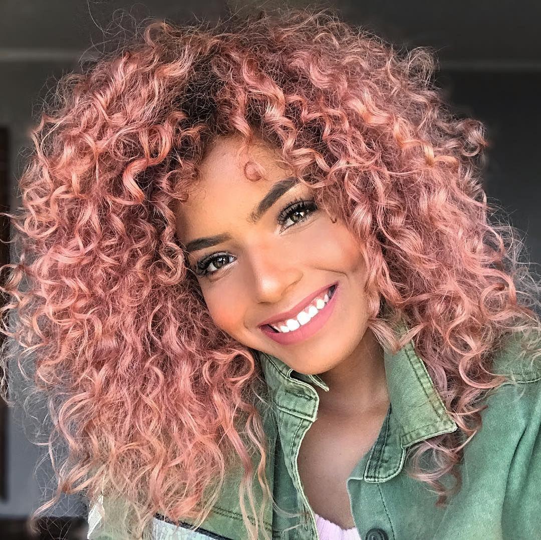 mulher com cabelo rosa