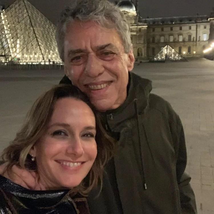 Foto de Carol Proner e Chico Buarque.