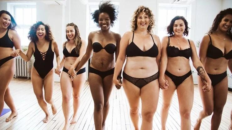 Sete mulheres de mãos dadas com lingerie