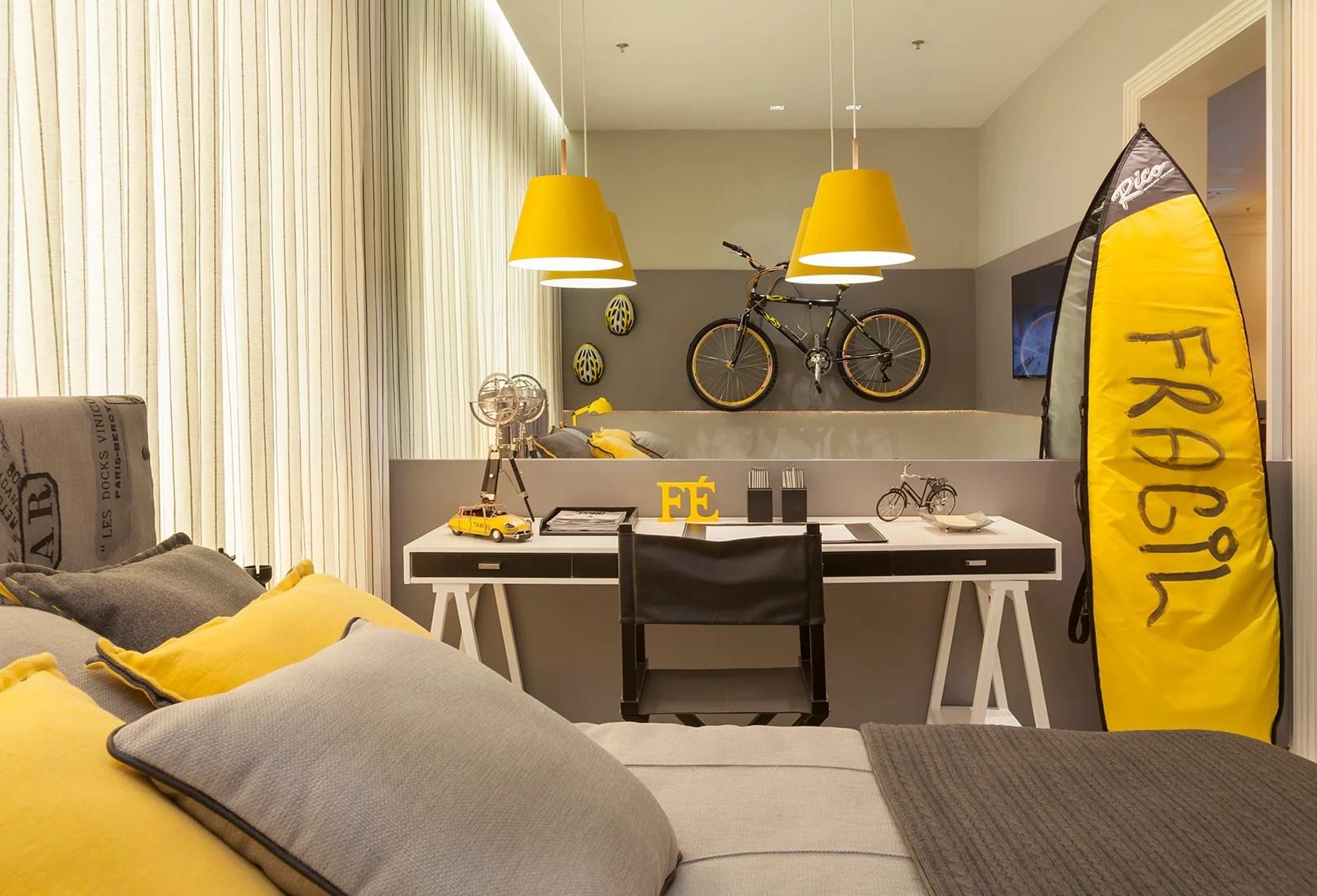 Esporte na decoração com bicicleta e prancha.