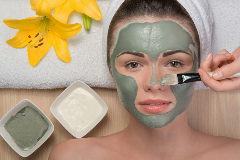 mulher com máscara de argila verde no rosto