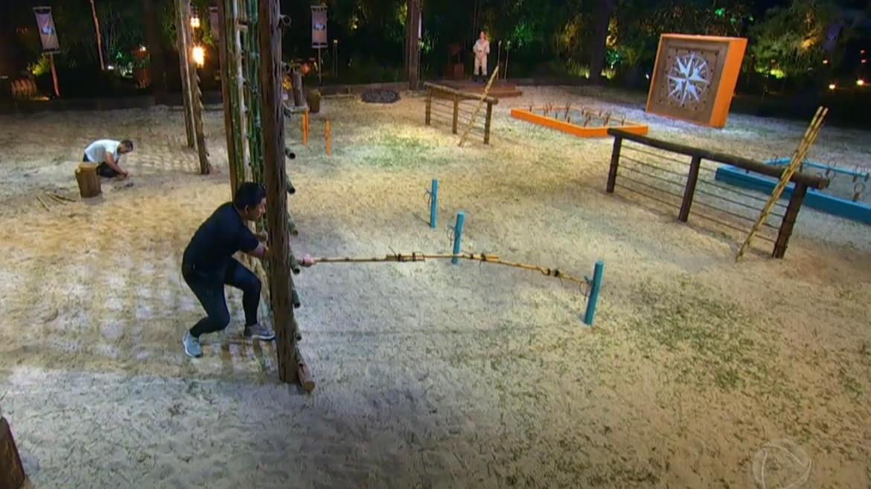 Pyong Lee leva a melhor e manda Lucas Selfie para a caverna do exílio. Fonte: Reprodução/ Record TV