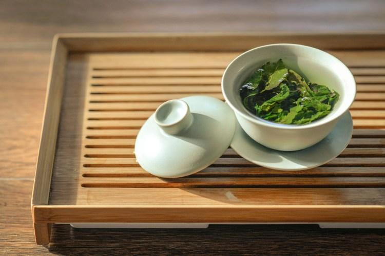 Chá verde na bandeja.