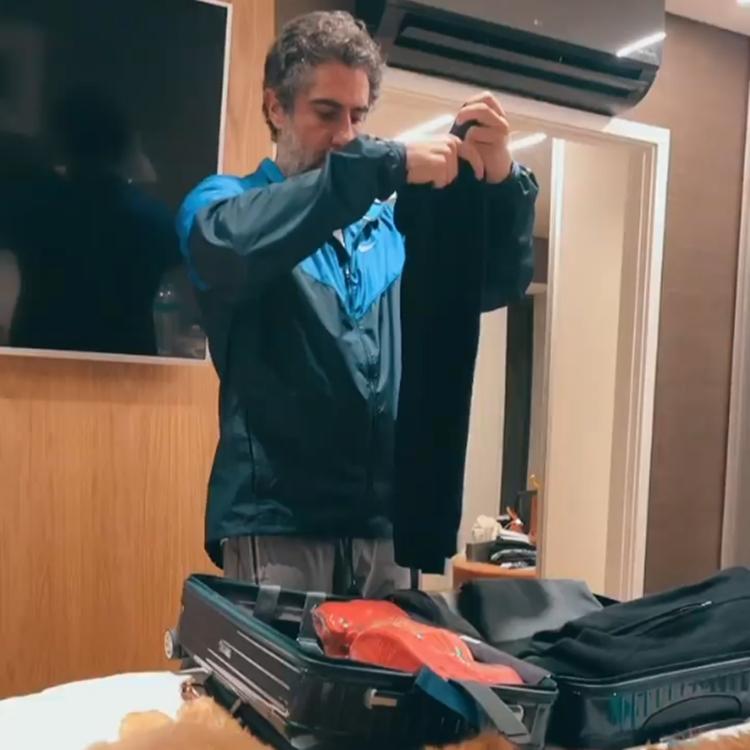 Foto de Marcos Mion arrumando a mala.