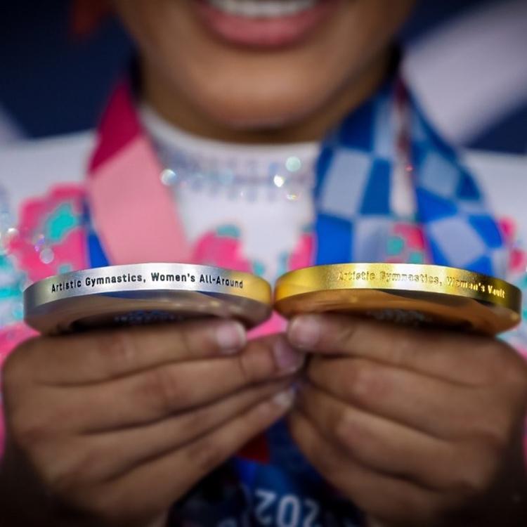 Foto das medalhas de Rebecca Andrade.