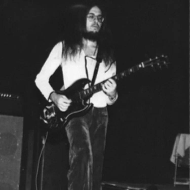 Foto do músico na guitarra.