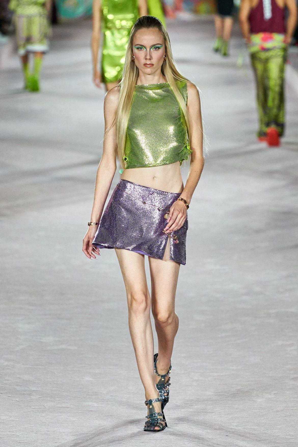 toto com Look total lamê minissaia e top da Versace semana de Moda de Milão. Primavera 22.