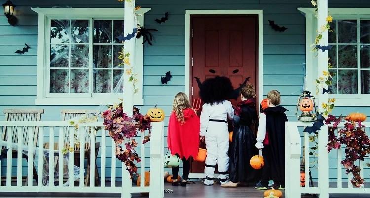 Foto de crianças usando fantasias de Halloween, calendário de outubro