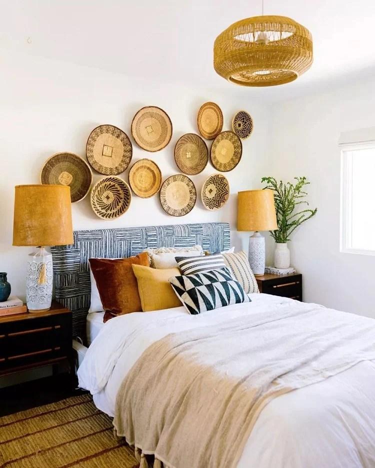 Foto de quarto com cestas de palha
