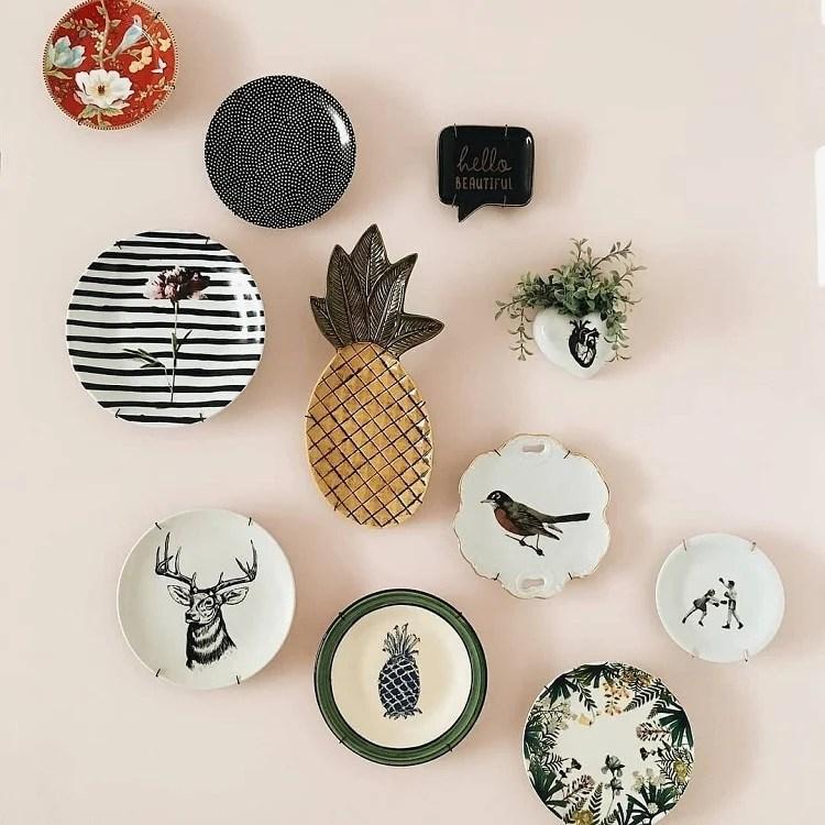 Foto de parede rosa com composição de pratos