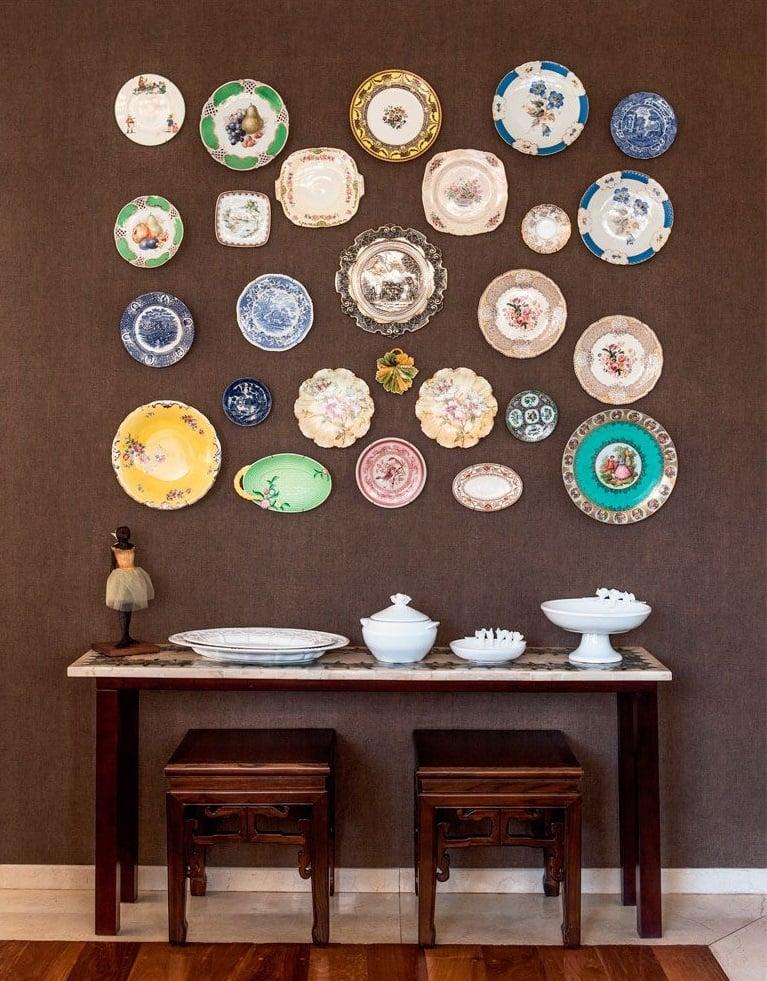 Foto de parede marrom com pratos de parede
