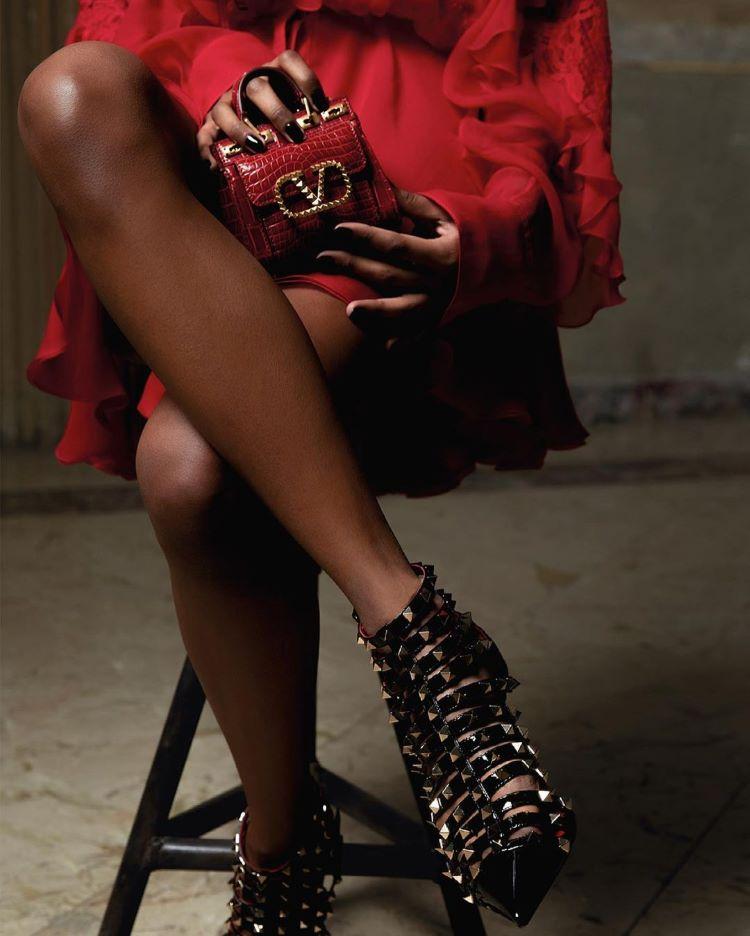 mulher com sapato preto de studs