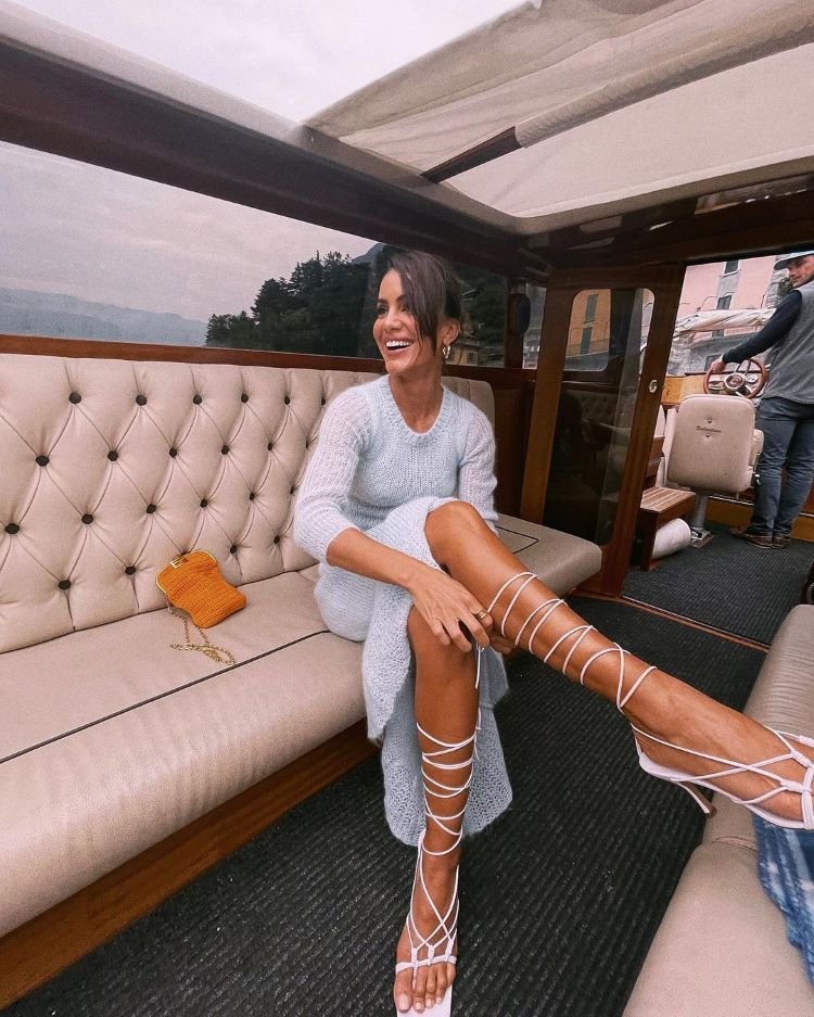 mulher com sandália de amarração