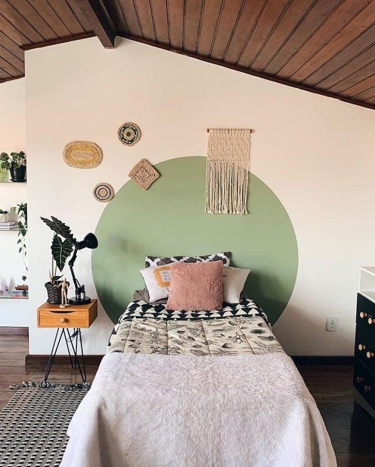 Foto de quarto com pintura de círculo verde na parede decorada