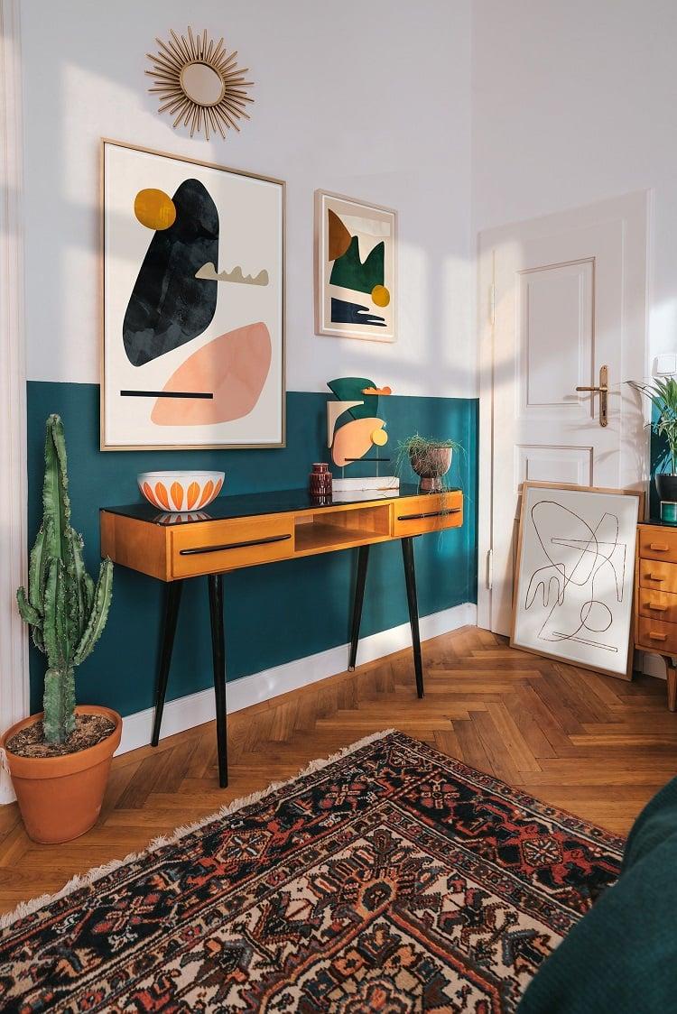 Foto de sala de estar com pintura em meia parede