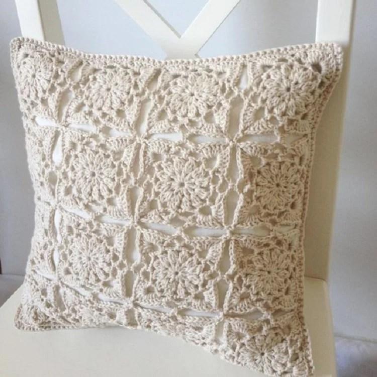 Foto de capa de almofada feita em artesanato com barbante