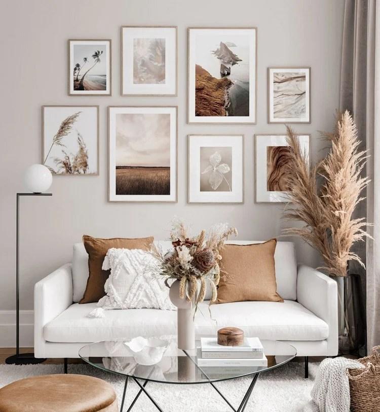 Foto de sala de estar com composição de quadros
