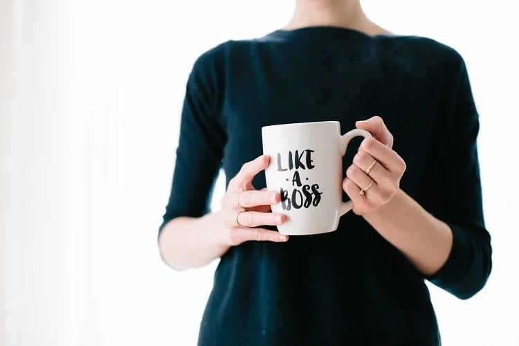 """Foto de mulher com caneca escrito """"Like a boss"""""""