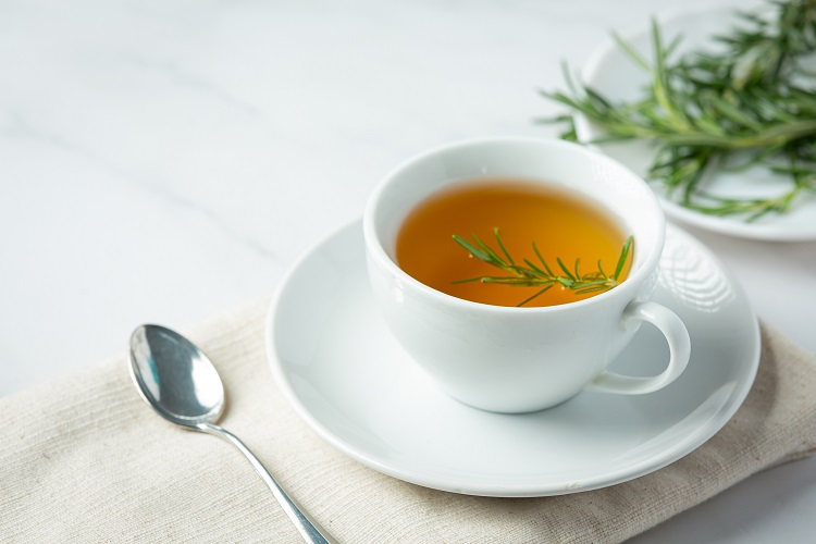 Foto de chá de alecrim em xícara de porcelana branca