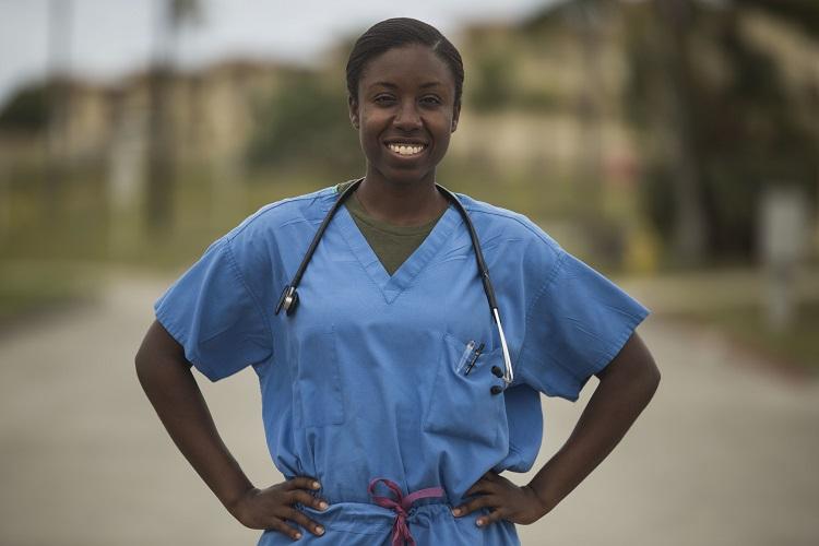 Foto de médica negra com as mãos na cintura, calendário de outubro