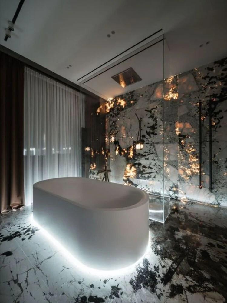 Banheiro de luxo com iluminação diferente.