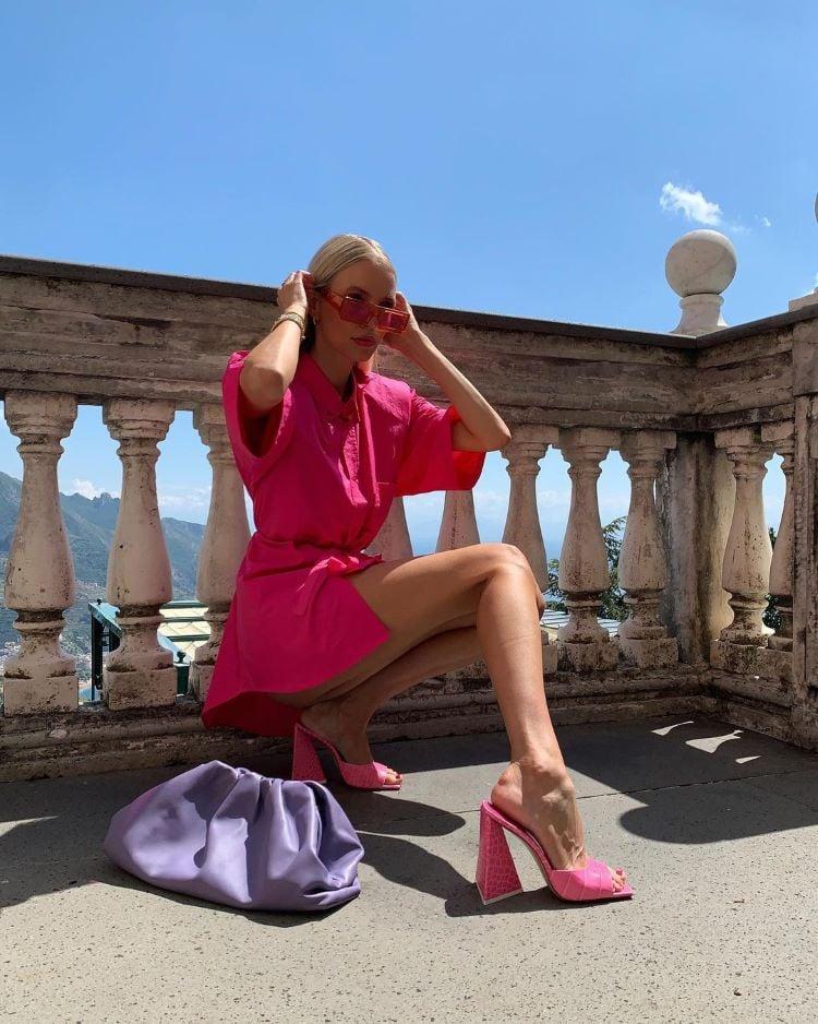 Foto de mulher com vestido e sapato rosa