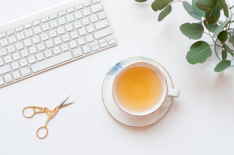 Teclado, tesoura e chá.
