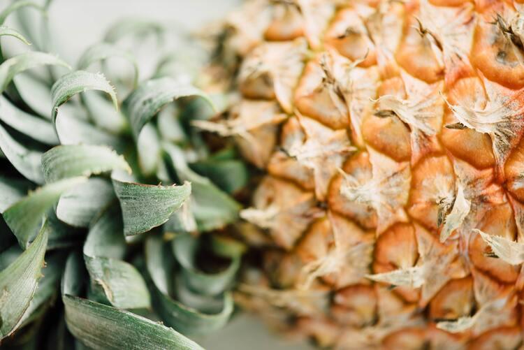 Coroa e casca de abacaxi.