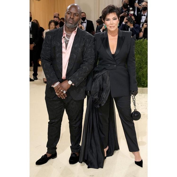 Foto de Corey Gamble e Kris Jenner no MET Gala 2021.