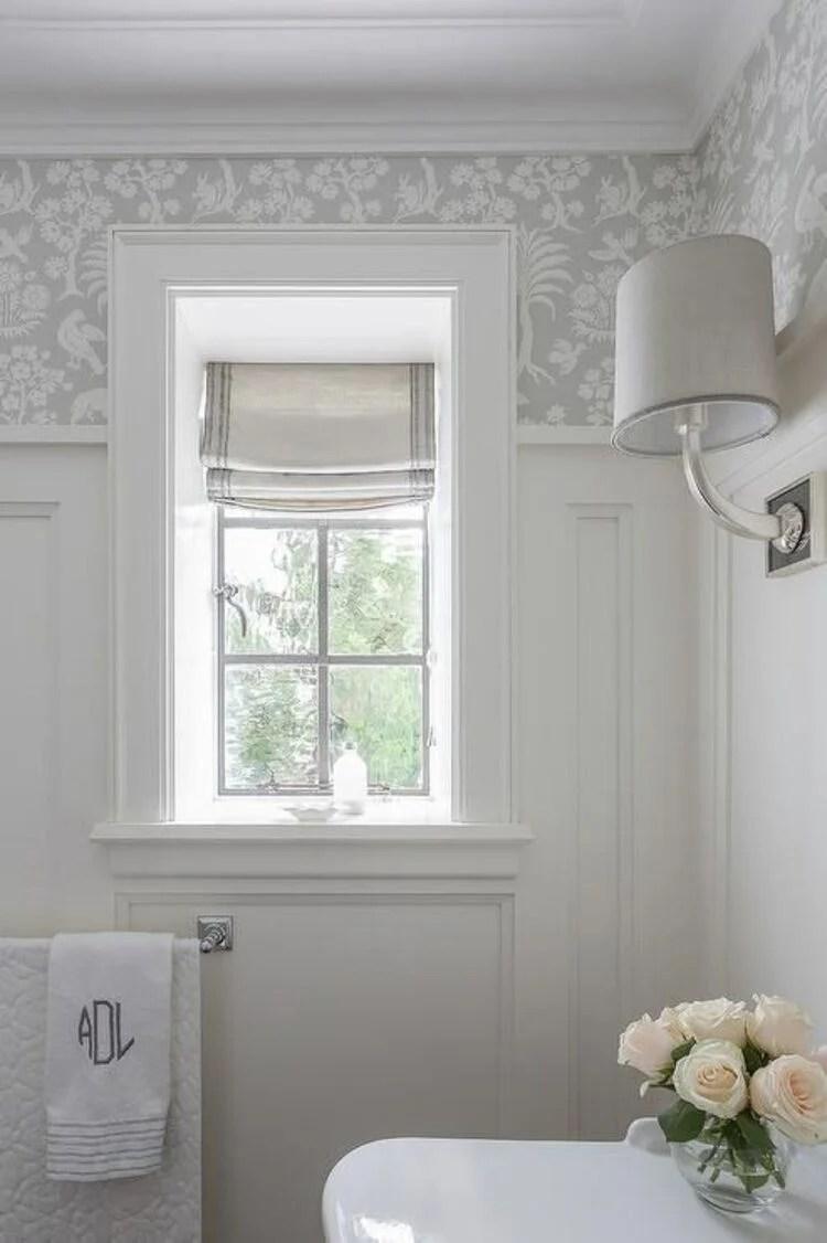 Banheiro com cortina.