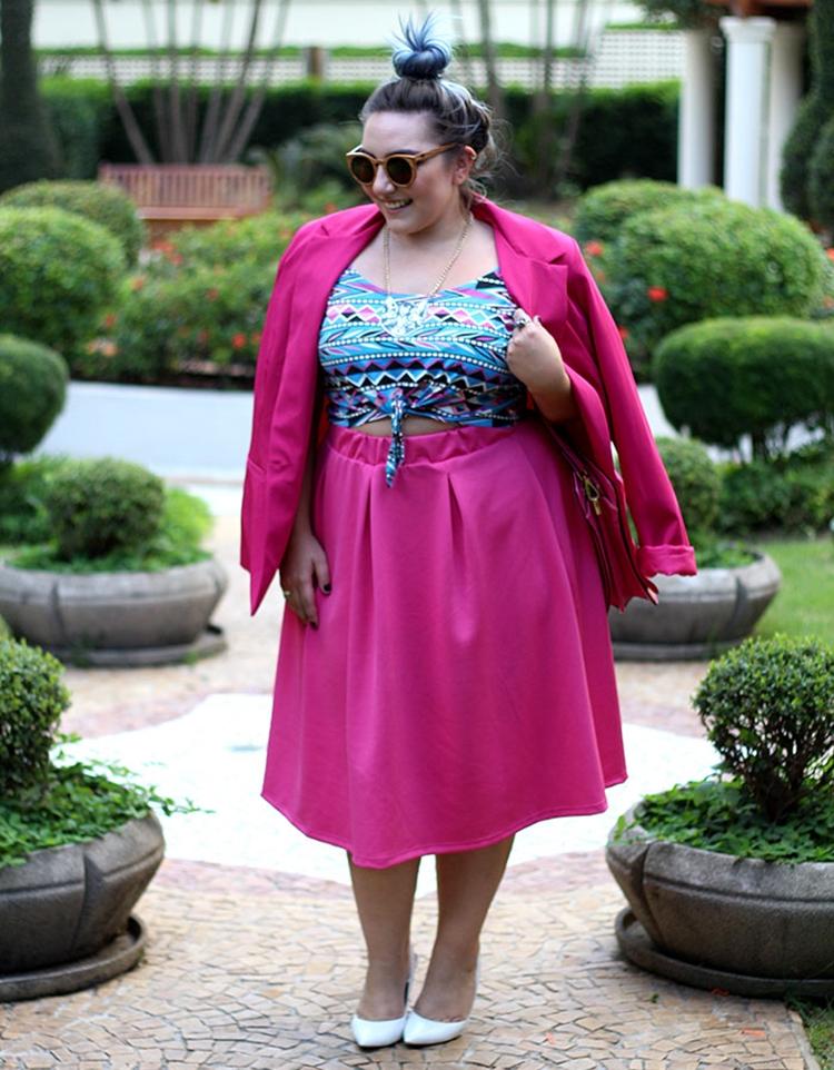 Foto de mulher com cropped e blazer.