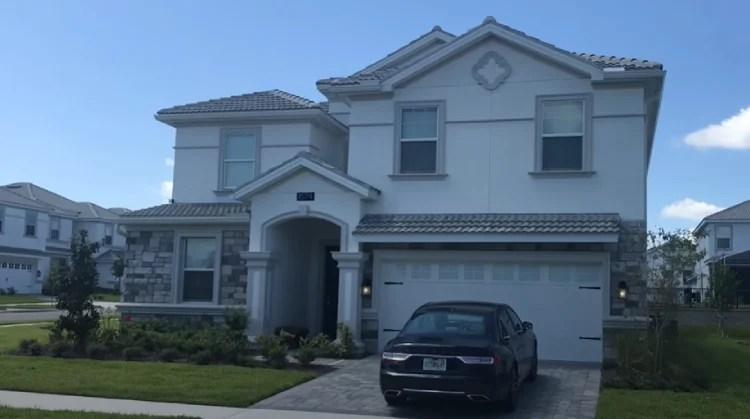 A casa fica num condomínio de luxo, chamado Champions Gate.