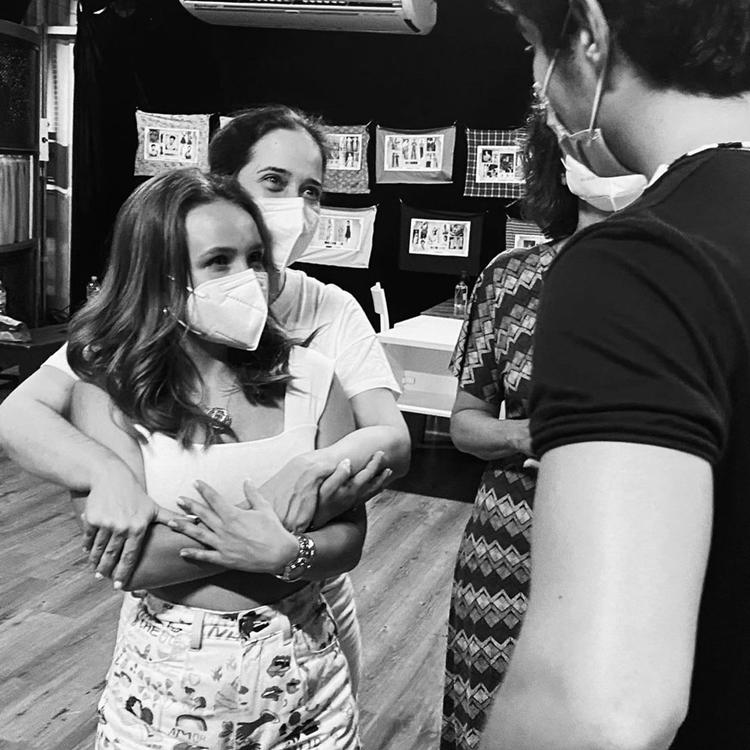 """Foto de Larissa Manoela com o elenco de """"Além da Ilusão""""."""