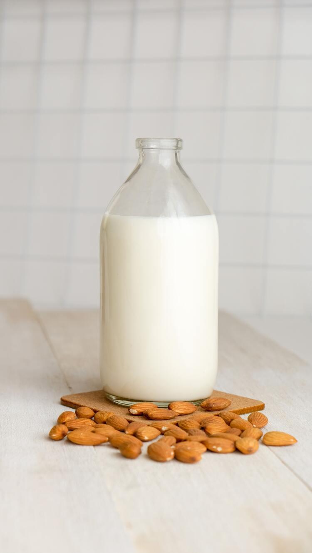 Garrafa com leite de amêndoas.