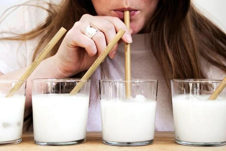 Mulher tomando leite.
