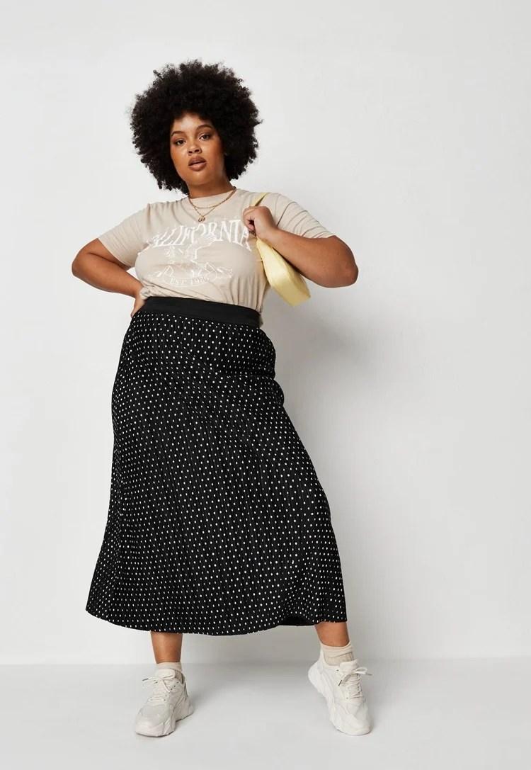 Foto de mulher com saia.
