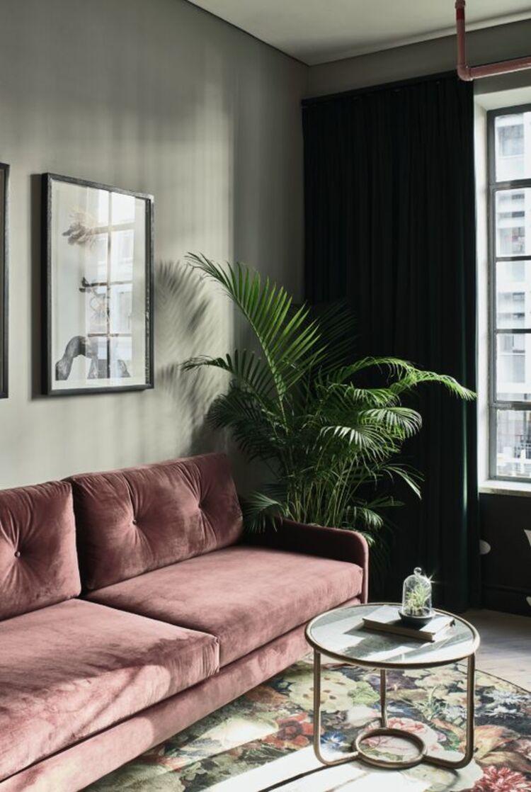 Sofá rosa.