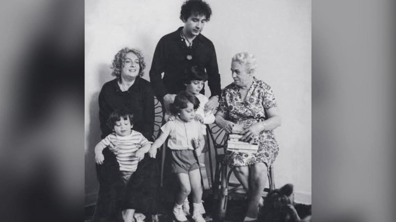 Sérgio Mamberti ao lado da primeira esposa, filhos e sogra. Fonte: Reprodução/ Instagram