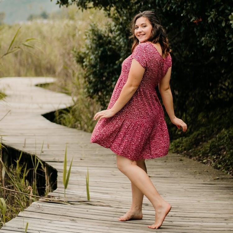 Foto de mulher com vestido leve.
