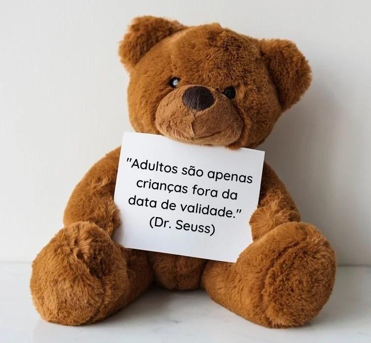 citação escrita em papel segurado por urso
