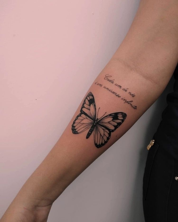Tatuagem de frase e borboleta