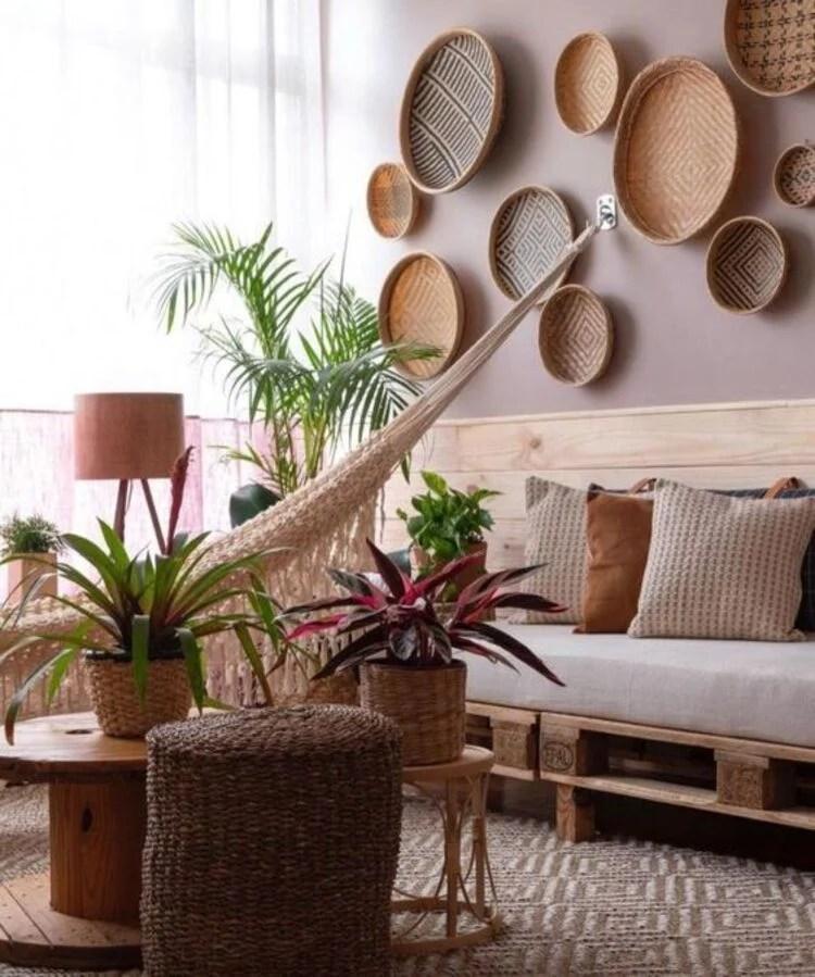 Sala com decoração sustentável.