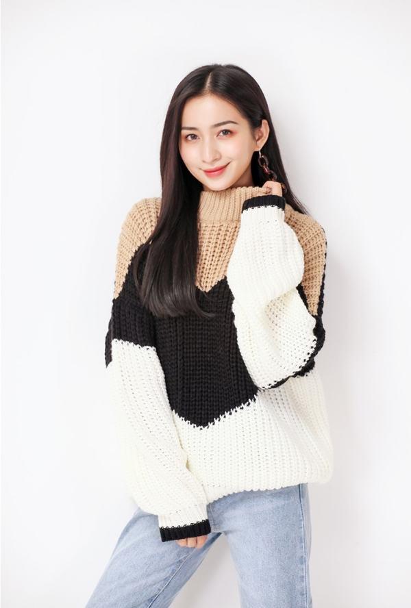 Loose Khaki Black Sweater | Solar – Mamamoo