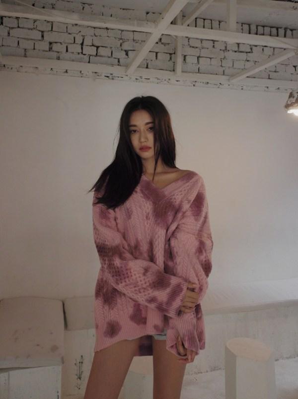 V-Neck Tie Dye Sweater | Hyuna