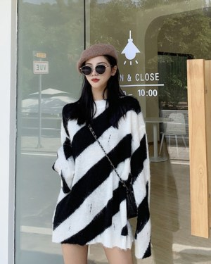 Bang Chan Striped Hedging Sweater (11)