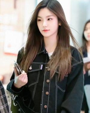 Lapeled Long Sleeve Denim Cropped Jacket   Yeji – ITZY