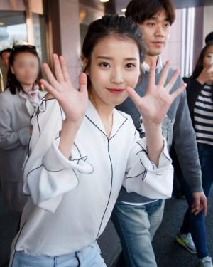 Black Outlined White Silk-like Shirt   IU